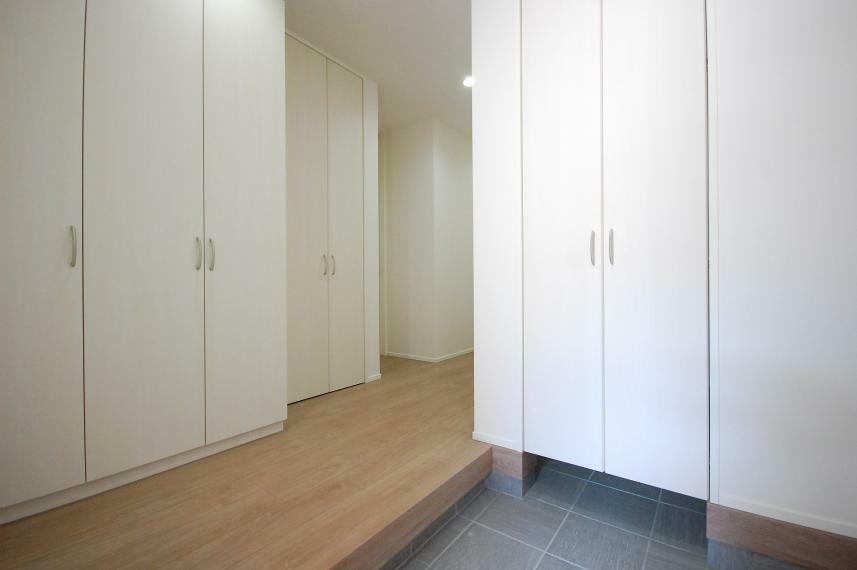 玄関 A棟/玄関を入ると正面には1.5帖のSCL、左手には天井までの大きな収納を設計。いつでも玄関はスッキリ片付きます。
