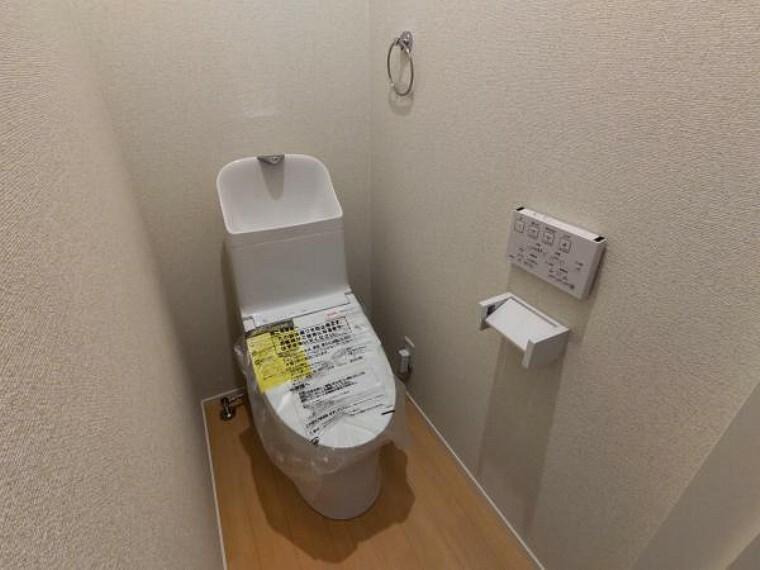 トイレ 【リフォーム済】トイレはTOTO製の温水洗浄機能付きに新品交換。表面は凹凸がないため汚れが付きにくく、継ぎ目のない形状でお手入れが簡単です。節水機能付きなのでお財布にも優しいですね。