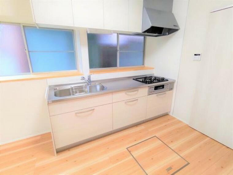 キッチン 【リフォーム済】キッチンはハウステック製の新品に交換しました。引出が4つの嬉しい多収納タイプ。天板は熱や傷にも強い人工大理石仕様なので、毎日のお手入れが簡単です。