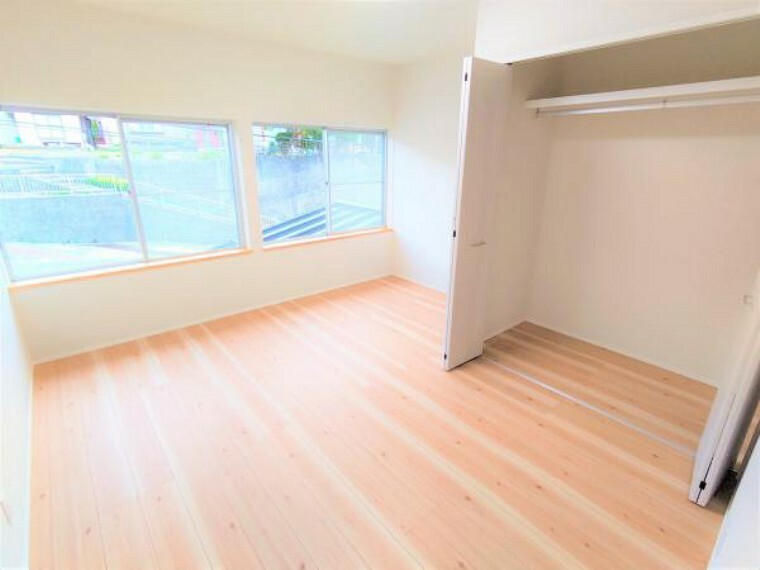 洋室 【リフォーム済】こちらは2階8帖洋室の様子です。壁紙の張替え、照明の交換、床の張替え、建具の交換などを行いました。階段の空間を使って広くしたウォークインクローゼットはお布団の収納に便利ですね。