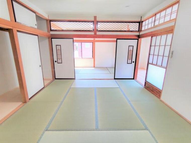 和室 【リフォーム済】リビング側から見た和室続き間です。お子様の遊び場としても客間としてもご利用できるので便利ですね。