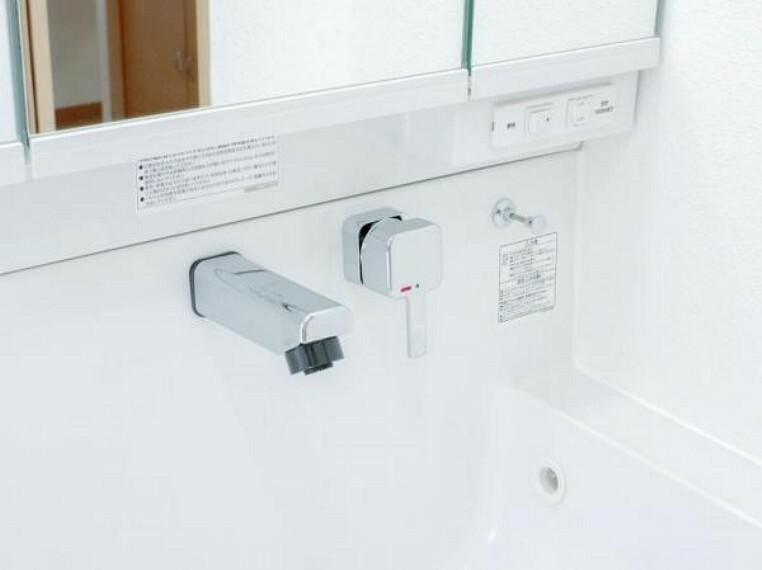 洗面化粧台 【リフォーム済】洗面台の水栓は周りに水たまりができない、壁に直接取り付けるタイプの水栓を採用。水栓ヘッドは引き出して使えるホース内蔵タイプで整水・シャワーの切り替えもワンタッチで行えます。