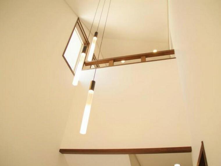 玄関 【リフォーム済】玄関の吹き抜けの照明はおしゃれなペンダントライトに交換しました。天井や壁のクロスも新品に張り替えています。