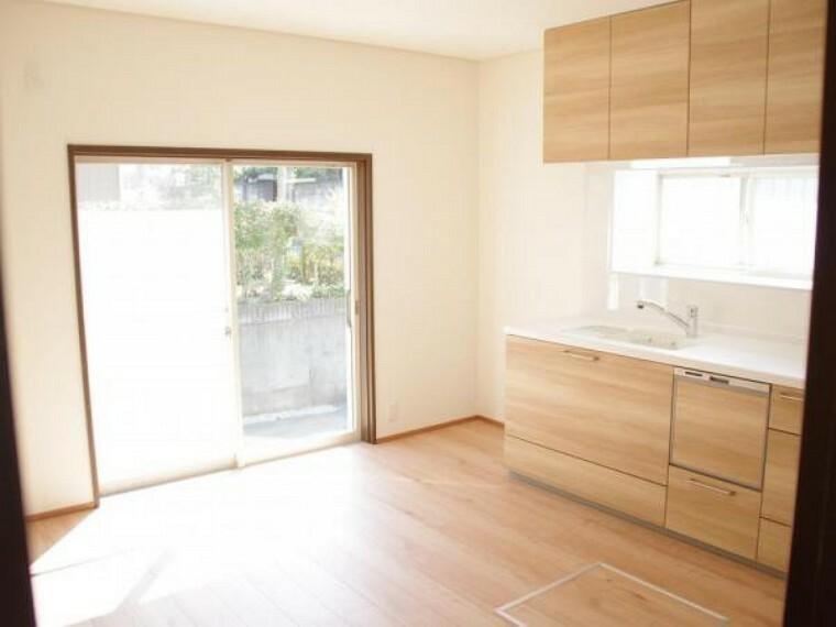 【リフォーム済】ダイニングキッチンは床のフローリングの重ね貼りと天井・壁のクロスの張替えを行いました。キッチンの前に床下収納を新設したので点検口としても使用できます。