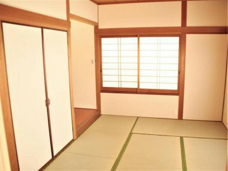 【リフォーム済】1階6畳の和室は壁のクロスの張替えと畳、襖、障子の張替えを行いました。廊下から直接出入りもできるので客間としても使用できます。