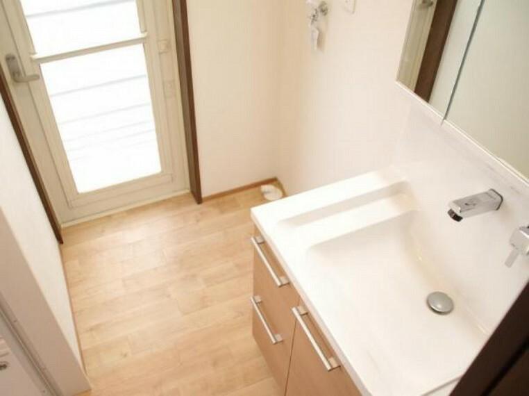 洗面化粧台 【リフォーム済】洗面所は洗面台の交換と洗濯機用の水栓・排水口の交換を行いました。天井や壁のクロスの張替えと床のクッションフロアーも新品張替しています。