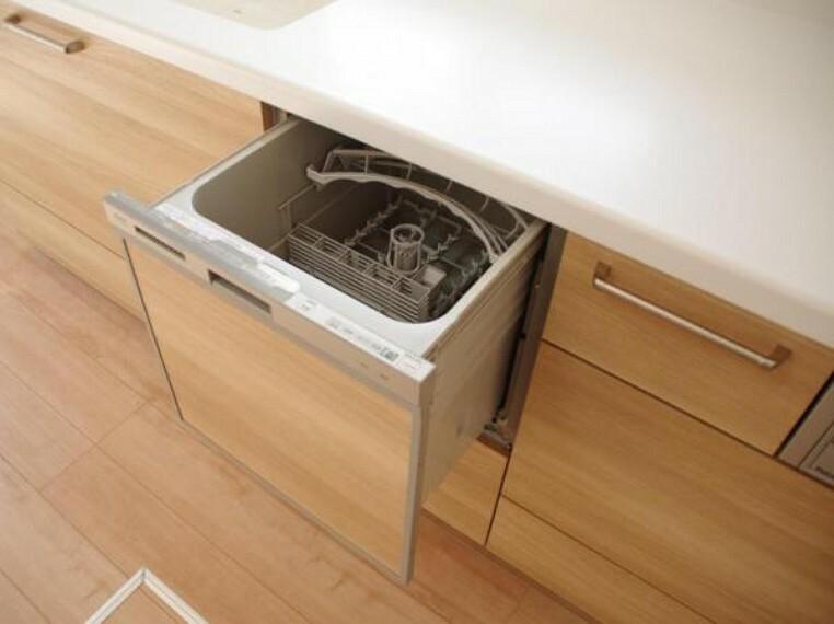 キッチン 【リフォーム済】システムキッチンはパナソニック製の食器洗い乾燥機付きです。洗い物は手作業でされる方でも乾燥機能を使えば除菌もできますし、食器かごを設置しなくてよいのでキッチン周りをスッキリ使えます。