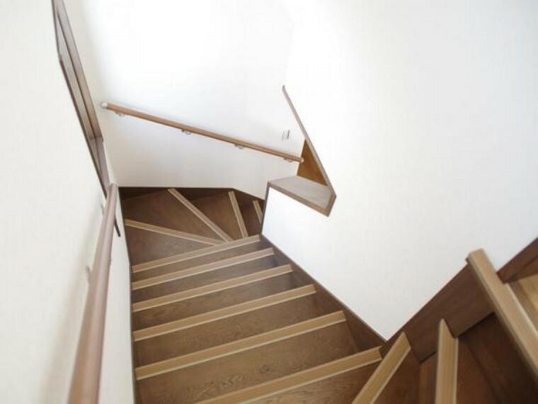 【リフォーム済】階段は天井と壁のクロスの張替えを行いました。手すりの設置と踏板に滑り止めを設置したので安心して上り下りできます。