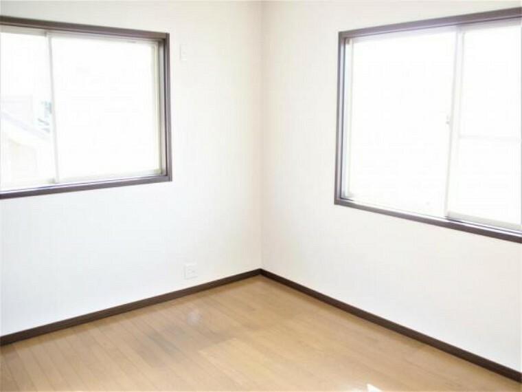 【リフォーム済】2階西側の洋室は床のフローリングのクリーニングを行い、天井・壁のクロスの張替えを行いました。クローゼットは1畳、0.5畳サイズに分かれています。