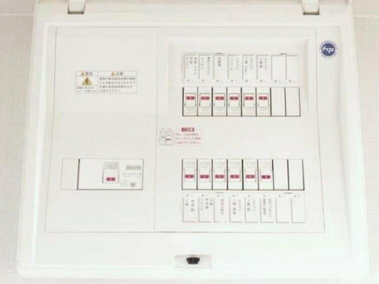 構造・工法・仕様 【リフォーム済】分電盤は新品交換しています。回路数も50A以上に増やし、エアコン等の電源は単独配線にしていますので、各所で電化製品を同時に使用しても簡単にはブレーカーが落ちることもなく安心です。