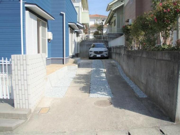 外観写真 【リフォーム済】駐車場は縦列で3台停められるように拡張工事を行いました。前面の道路の幅が6mあるので駐車や入れ替えもスムーズに行うことができます。