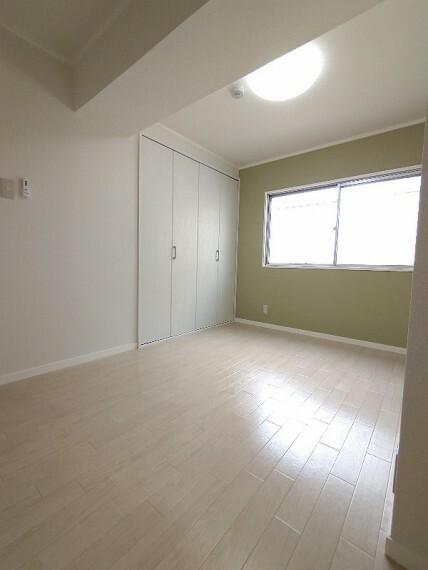 洋室 【洋室5帖】 窓が有るので換気はもちろん光の入る洋室です