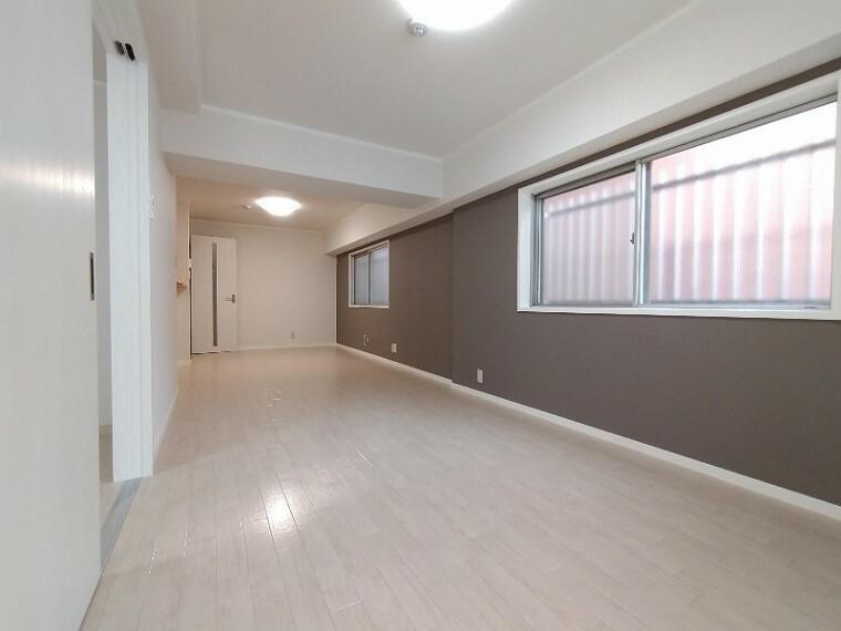 居間・リビング 【LDK16帖】 ソファーやダイニングテーブルを置いてもゆとりのある広さのリビングです