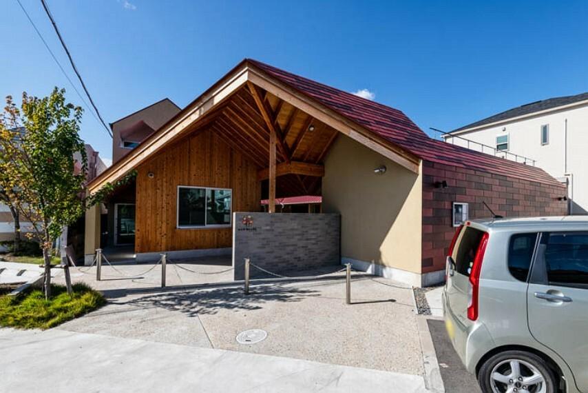 幼稚園・保育園 徒歩3分(約180m)。赤い屋根がモチーフ。天然木無垢板を床に使用する等、木のぬくもりあふれる園舎です。月に数回、体操教室や英語教室も実施しています。清香学園幼稚園隣接の企業主導型保育園。