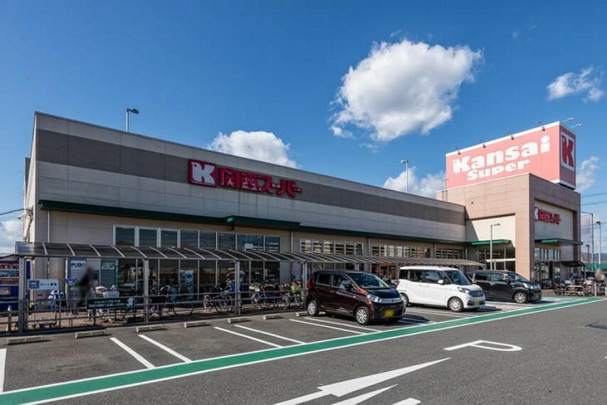 スーパー 徒歩6分(約450m)。毎日のお買い物に便利なスーパーで、お惣菜はこだわりのインストア加工。バラエティー豊かな「家庭の味」をお届けします。営業時間9:00~22:00。駐車場100台分あり。