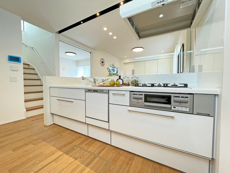 キッチン フルオープン対面式キッチン【2号棟】  フルオープンで部屋全体を見渡せるキッチンです。室内の雰囲気に合わせたホワイトカラーでスタイリッシュでシンプルなデザインになっています。