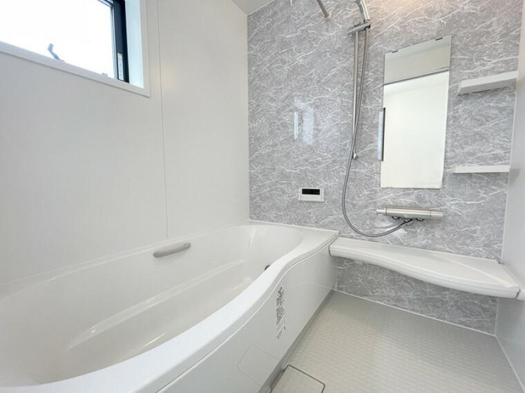 浴室 ゆったりくつろげるバスルーム【2号棟】  窓のある1坪タイプのバスルームです。保温浴槽や節水シャワーヘッドなど嬉しいエコ仕様になっています。