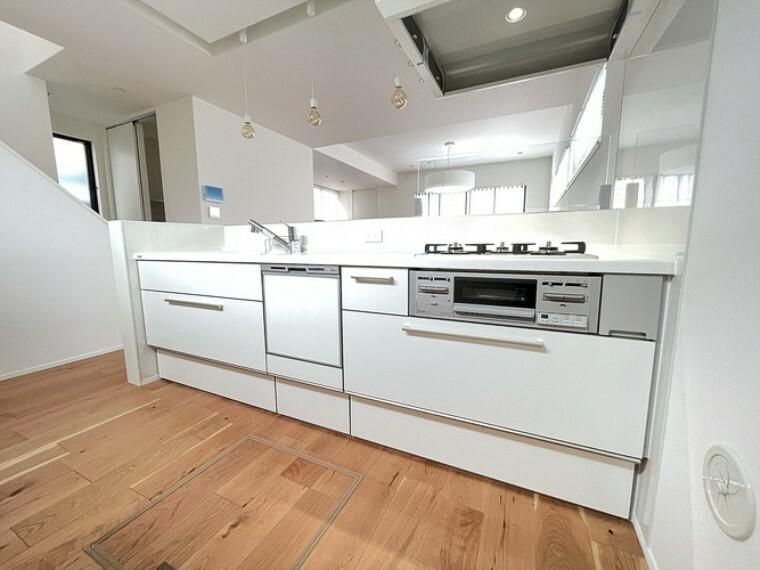 トクラスシステムキッチン  食器洗い乾燥機標準のシステムキッチン。人造大理石を使用しているので汚れや傷に強くお手入れも簡単です。