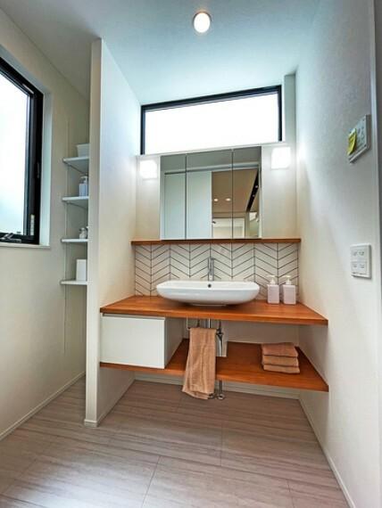 洗面化粧台 タイル調の壁などお洒落な洗面所  洗面台が木目カウンターとタイル調のアクセントでお洒落な雰囲気に演出しました。