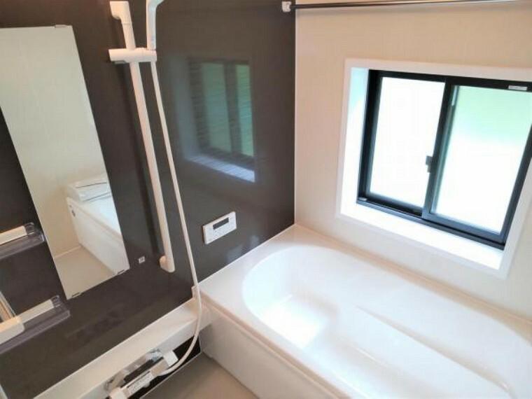 浴室 【リフォーム済】ハウステック製のユニットバスに交換しました。半身浴や親子浴が楽しめるベンチ付浴槽。満水容量を従来モデルより約1割削減させた「エコ」な浴槽です。