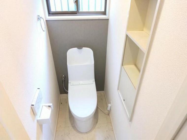 トイレ 【リフォーム済】1階トイレの写真です。トイレはTOTO製の温水洗浄機能付きに新品交換しました。表面は凹凸がないため汚れが付きにくく、継ぎ目のない形状でお手入れが簡単です。節水機能付きなのでお財布にも優しいですね。
