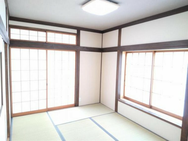 和室 【リフォーム済】1階和室の写真です。畳表替え、クロス張替え、照明交換を行いました。洋風のお家に和の趣を感じられる空間に生まれ変わりましたよ。