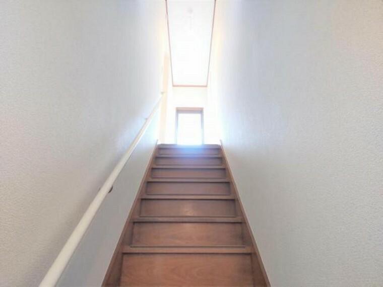 【リフォーム済】階段の写真です。床ワックスがけ、滑り止め設置、手すり交換、クロス張替えを行いました。安全面を考慮して手すりと滑り止めを設置しましたので、昇り降りも安心ですね。