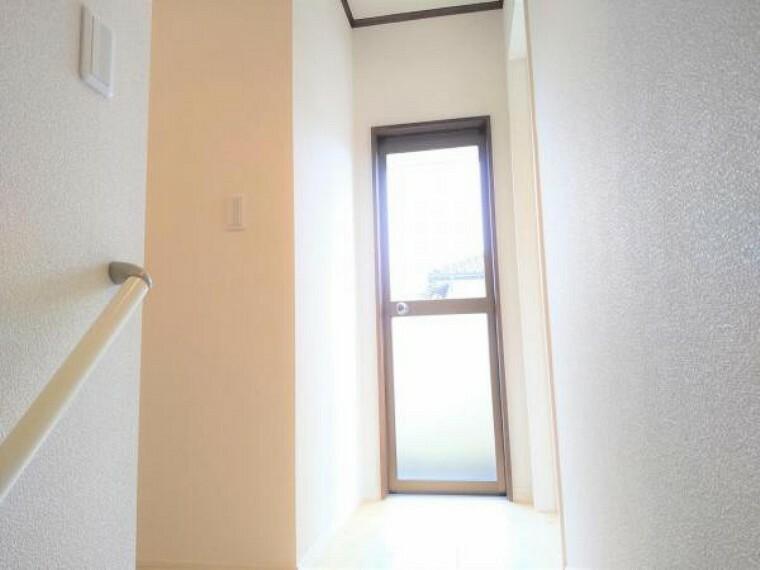 【リフォーム済】2階ろうかの写真です。床重ね張り、建具交換、クロス張替え、照明交換、ろうか拡張を行いました。明るいろうかに生まれ変わりましたよ。
