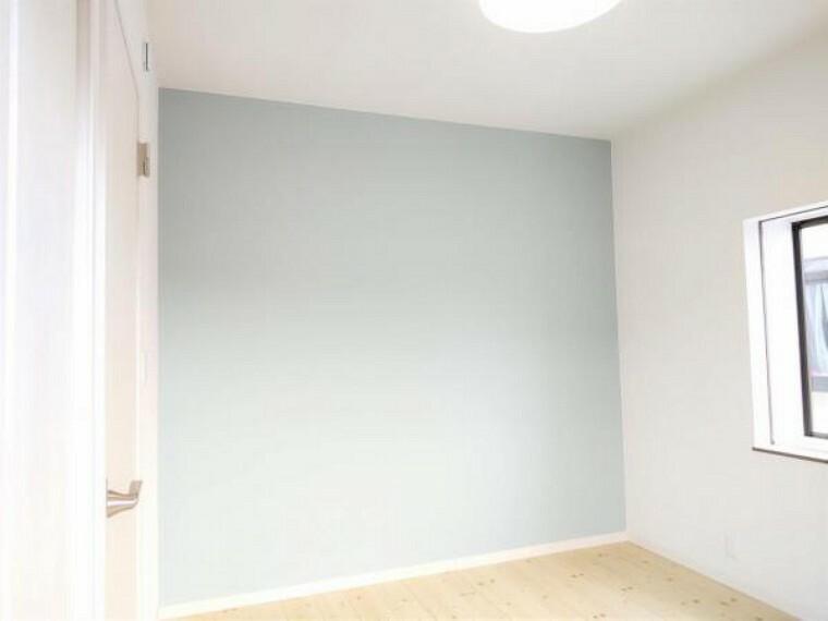 洋室 【リフォーム済】2階洋室4.5帖の写真です。和室から洋室に変更しました。床張替え、建具交換、クロス張替え、照明交換を行いました。南面のベランダから陽射しが差し込むお部屋ですよ。
