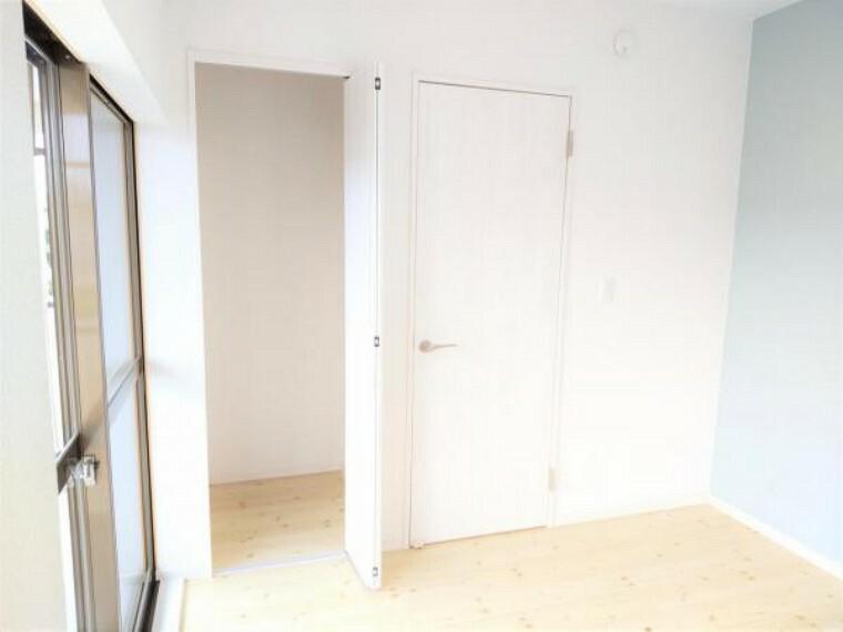 収納 【リフォーム済】2階洋室4.5帖のクローゼットの写真です。クローゼットの建具を交換しました。4.5帖のお部屋にクローゼットがあるのは嬉しいですよね。