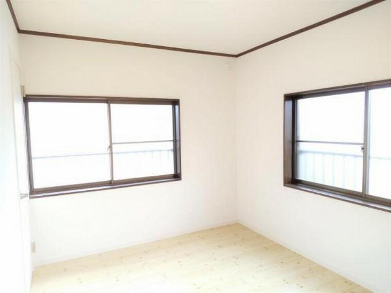 洋室 【リフォーム済】2階洋室西側6帖の写真です。床重ね張り、建具交換、クロス張替え、照明交換を行いました。南面、西面の二面採光がありますので、明るく暖かいお部屋ですよ。