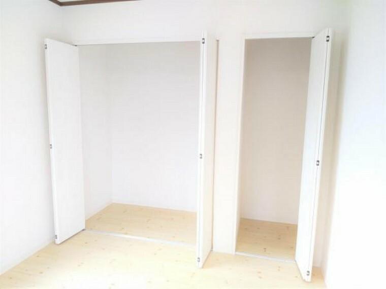収納 【リフォーム済】2階洋室西側6帖のクローゼットの写真です。クローゼット建具は交換を行いました。収納スペースは十分あるので、使わないものはたくさん収納できますね。