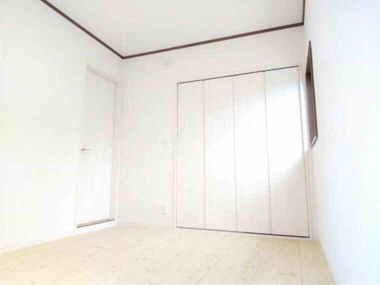 洋室 【リフォーム済】2階洋室東側6帖の写真です。床重ね張り、建具交換、クロス張替え、照明交換を行いました。スッキリとした明るい空間に生まれ変わりましたよ。