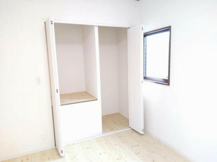 収納 【リフォーム済】2階洋室東側6帖のクローゼットの写真です。クローゼットの建具は交換しました。お洋服や趣味の物も収納できるので便利ですね。