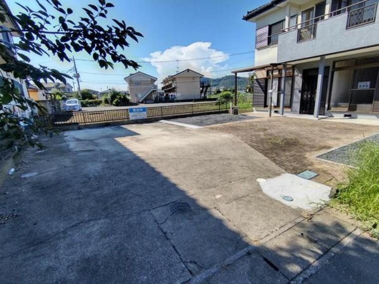 玄関 【リフォーム済】駐車場の写真です。コンクリート箇所は高圧洗浄、その他砂利引きを行いました。並列3台と縦列1台の計4台、駐車可能です。お車を停めない場合は、お庭として活用できますよ。