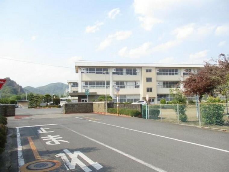 中学校 岩舟中学校まで約1300m(徒歩約17分)。広々とした校庭で伸び伸びと成長できる環境ですね。