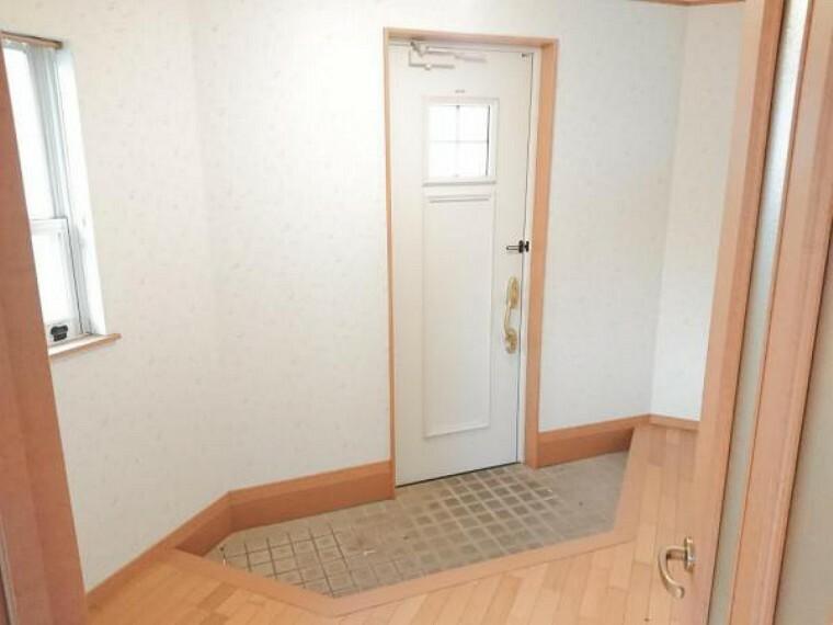 玄関 【リフォーム済】玄関はドアのクリーニングとカギの交換を行いました。カギはディンブルキーに交換しているので差し込み易くピッキングにも強い仕様です。