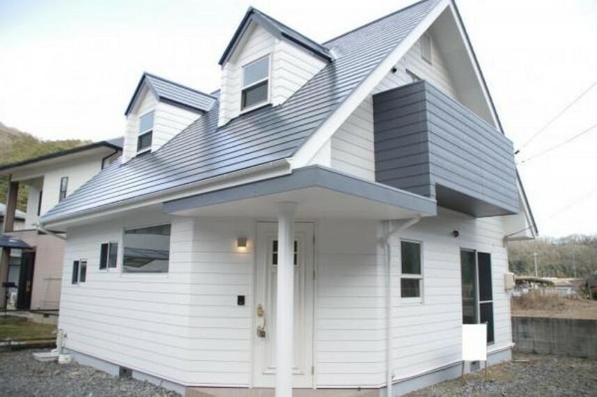外観写真 【リフォーム済】外壁・屋根の塗装を行いました。外壁は白ベースですが、ベランダのみアクセントでグレーに塗装しました。サッシは全てペアガラスなので高い遮音性や断熱効果が期待できます。