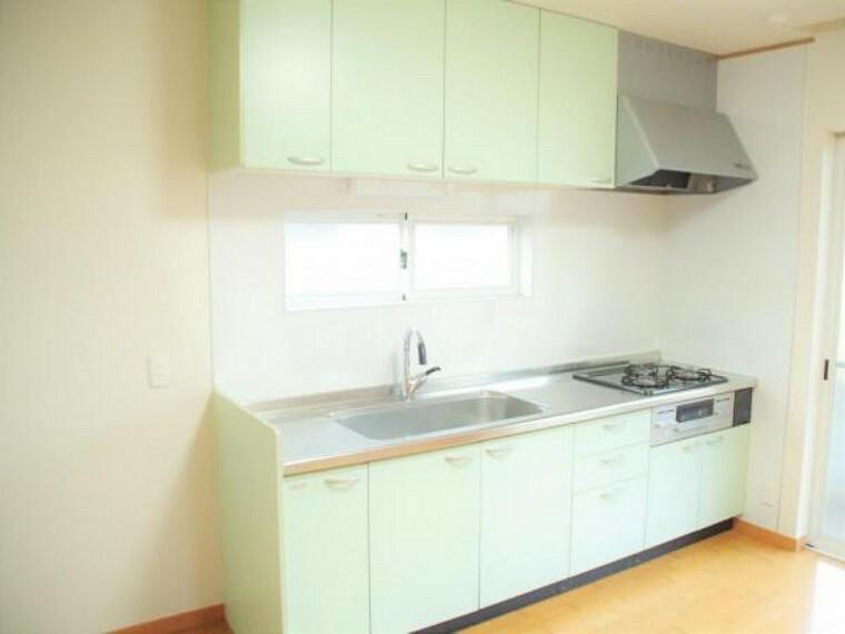 キッチン 【リフォーム済】システムキッチンはガスコンロと換気扇、水栓器具の交換を行いました。キッチン自体もしっかりクリーニングしているので安心してご利用いただけます。