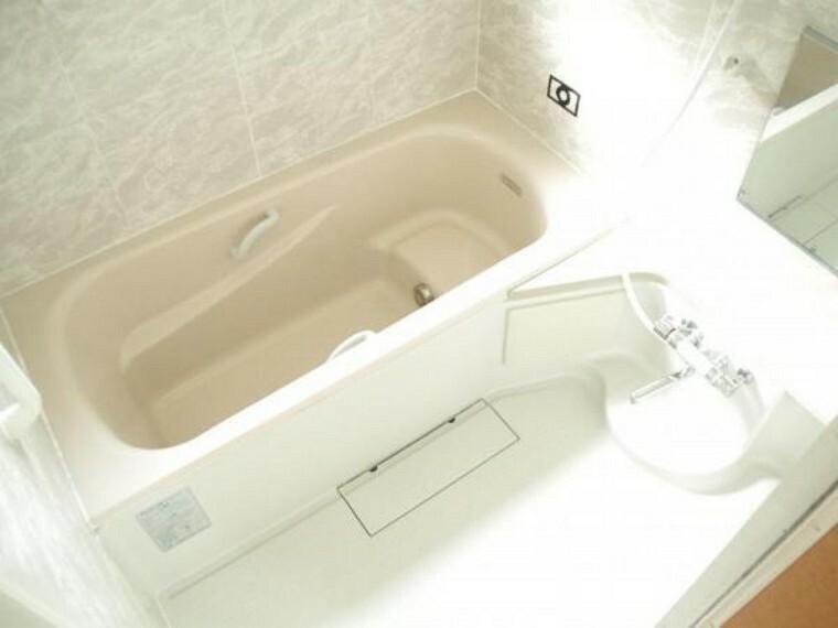浴室 【リフォーム済】ユニットバスは1坪サイズのため足を延ばして浴槽に浸かることができます。こちらもクリーニングを行っております。