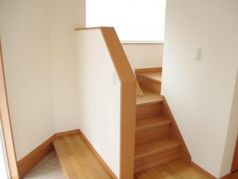 玄関 【リフォーム済】階段は踏板のクリーニングと手すりを新設しました。折り返しの階段になっている為勾配も緩く上り下りしやすいです。