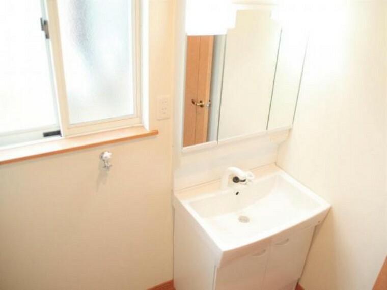 洗面化粧台 【リフォーム済】洗面化粧台はハウステック製の三面鏡タイプのものに交換しました。洗面所は1坪ありるので隣の洗濯機スペースも広く大きいサイズの洗濯機でも無理なく設置できます。