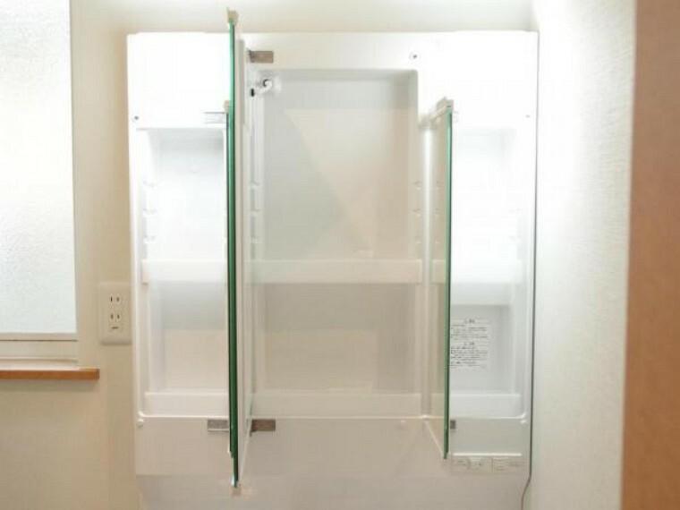 洗面化粧台 【リフォーム済】新品交換した洗面台の鏡は三面鏡タイプで内部が収納棚になっています。収納の内部の棚は稼働することができるため、収納したいものに合わせてカスタムして使うことができます。