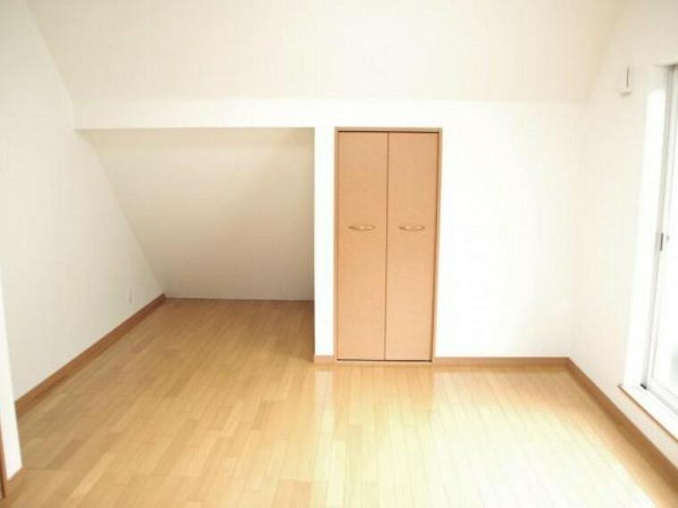 【リフォーム済】2階の約8畳の洋室には小屋裏スペースを利用した収納スペースとクローゼットがあります。内部は綺麗にクリーニングを行いました。