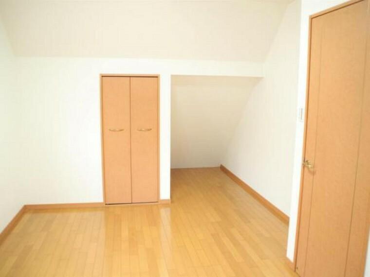 【リフォーム済】2階の約7畳の洋室にも小屋裏スペースを利用した収納スペースとクローゼットがあります。内部は綺麗にクリーニングを行いました。