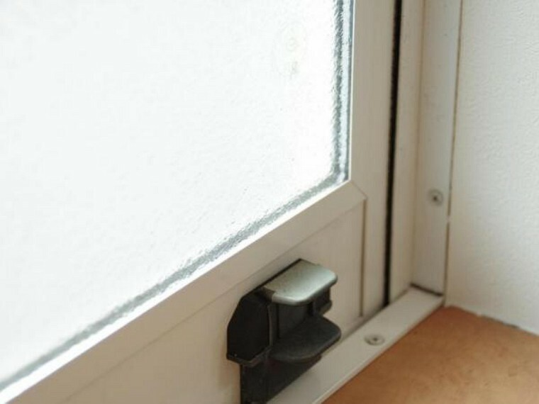 構造・工法・仕様 【リフォーム済】窓ガラスは全てペアガラスを使用しています。ペアガラスは2枚のガラスの間に空気の層があるため高い遮音性や断熱効果が期待できます。