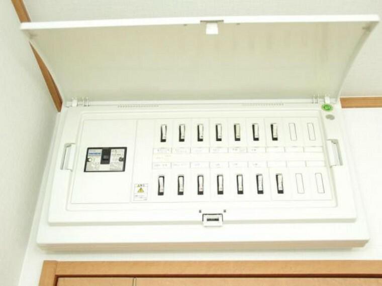 発電・温水設備 【リフォーム済】分電盤はクリーニングを行いました。エアコン等の電源は単独配線になっているので、各所で電化製品を同時に使用しても簡単にはブレーカーが落ちることもなく安心です。