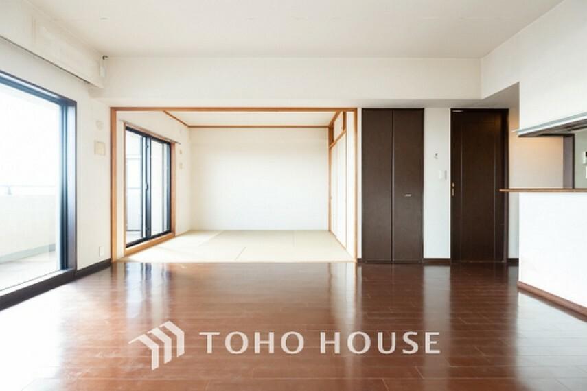 居間・リビング ~広々17帖リビングダイニング~ 広々としたLDKは、家具のレイアウトも自由自在なので、ご家族の理想のスペースが作り上げられます。素敵なインテリアに囲まれた自分好みの空間を。