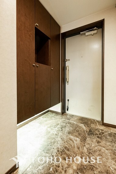 玄関 ~玄関~ 高級感と清潔感を感じるスッキリとシンプルで広々とした玄関は、ホテルエントランスを感じさせますね。