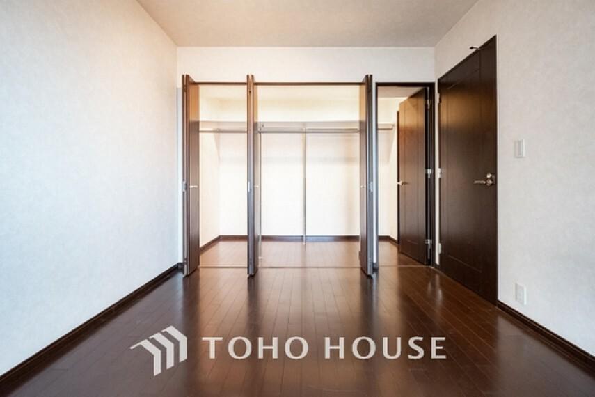 ~広々収納のある居室~ クローゼットのあるお部屋。荷物を収納することでお部屋をスマートに見せることができます。気持ちの良い自分空間を。